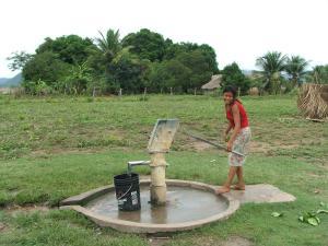 sacando agua del pozo